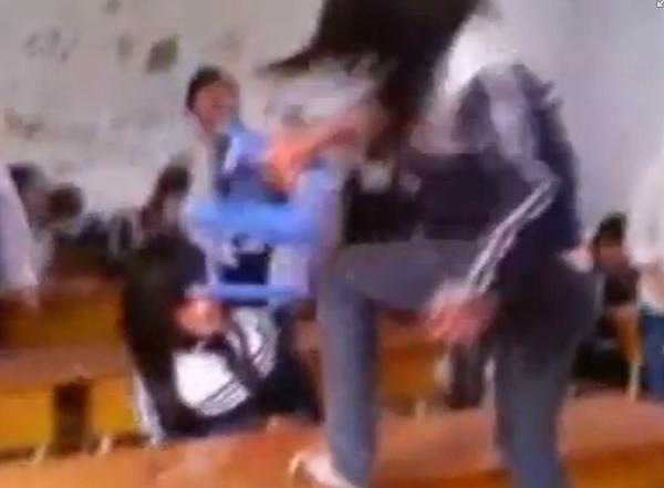Nữ sinh cấp 3 dùng ghế nhựa đập vào đầu bạn học (Ảnh cắt ra từ clip)