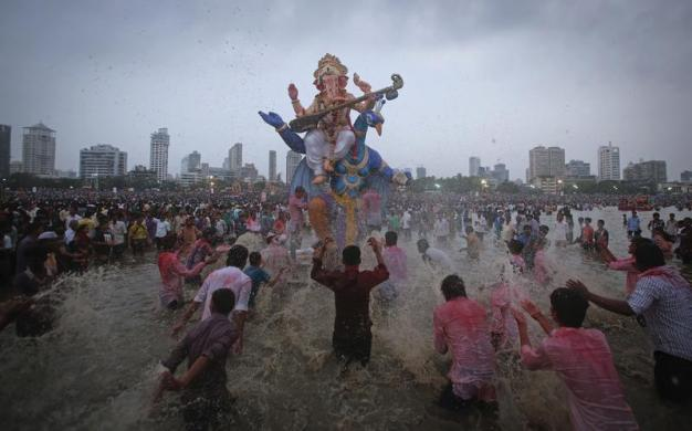 Những tín đồ theo đạo Hindu té nước vào tượng thần voi Ganesh trong ngày cuối cùng của lễ hội tôn giáo Ganesh Chaturthi ở Mumbai, Ấn Độ.