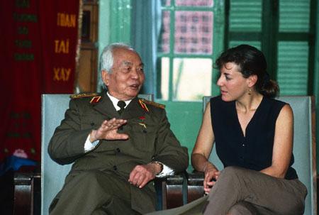 Đại tướng Võ Nguyên Giáp và nhà báo Catherine Karnow năm 1994