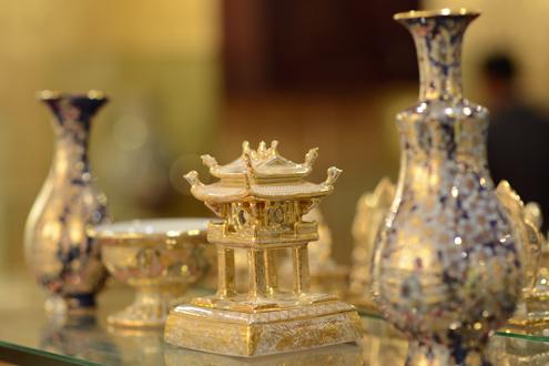Gốm sứ vẽ vàng bạc tỷ của đại gia đất Cảng