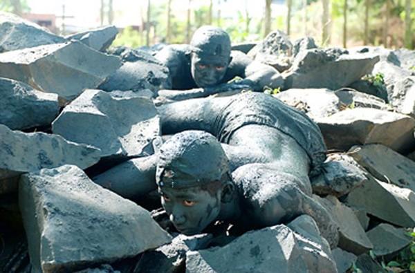 Chiến sĩ đặc công ẩn mình vào những hòn đá