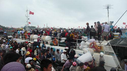 Sau tết hành khách chen chân mua vé tàu vào đất liền