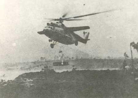 Trực thăng Mi-6 (Trung đoàn 919) cẩu panen hàn đê Gia Lương năm 1971