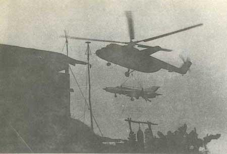 Trực thăng Mi-6 cẩu máy bay tiêm kích MiG-21 đi sơ tán