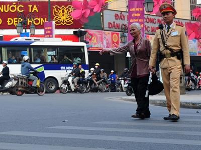 CSGT Hà Nội giúp đỡ người già sang đường. Ảnh: Hoàng Anh