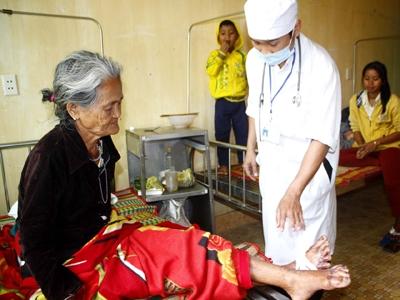 Bác sĩ TTYT Ba Tơ thăm khám một trường hơp bị bệnh
