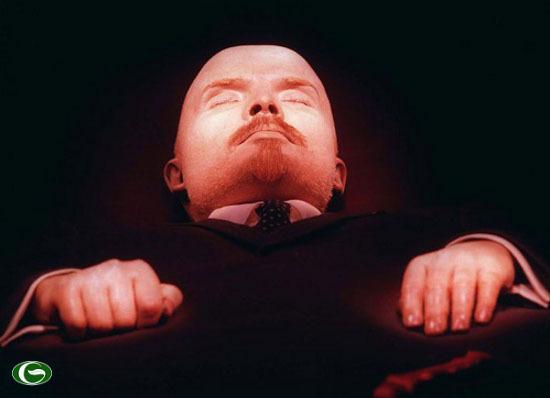 Thi thể của lãnh tụ Liên Xô vĩ đại Vladimir Lenin trong lăng tại Quảng trường Đỏ tại Moscow, Nga. Lenin qua đời năm 1924.