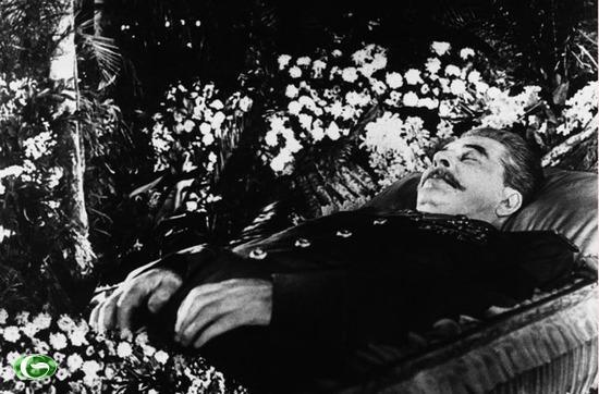 Thi hài của Joseph Stalin từng đượp đặt trong lăng cạnh Lenin từ năm 1953, nhưng bị đưa ra khỏi lăng và đem chôn vào năm 1956, sau khi Đại hội đảng CS Liên Xô lần thứ 20 lên án tệ sùng bái cá nhân.