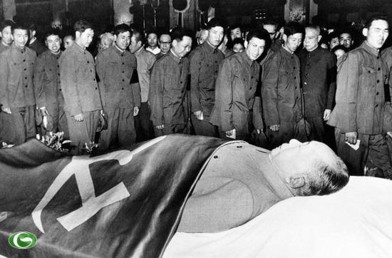 Binh sĩ Quân Giải phóng Nhân dân Trung Quốc bày tỏ lòng tôn kính trước thi thể của lãnh đạo Mao Trạch Đông. Chủ tịch Mao qua đời vào năm 1976.