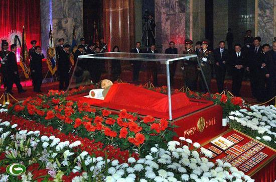 Thi thể của nhà lãnh đạo Triều Tiên Kim Jong Il tại Đài tưởng niệm Kumsusan Palace tại Bình Nhưỡng, tháng 12/2011. Kim Jong-il qua đời ngày 17/12/2011.