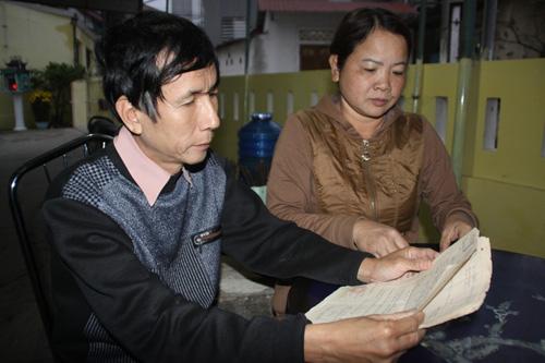 Vợ chồng ông Trần Thiện Phụng xem lại những bức thư một thời họ gửi cho nhau từ nhà tù Trung Quốc