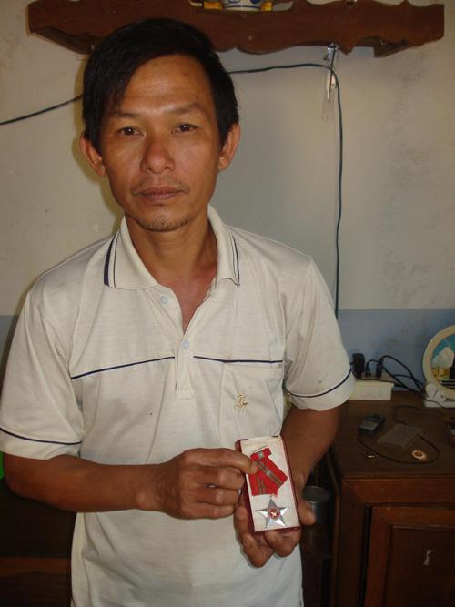 Anh Trương Văn Hiền với tấm Huân chương Chiến công hạng ba ghi nhận đóng góp của người chiến sĩ trong trận chiến đảo Gạc Ma
