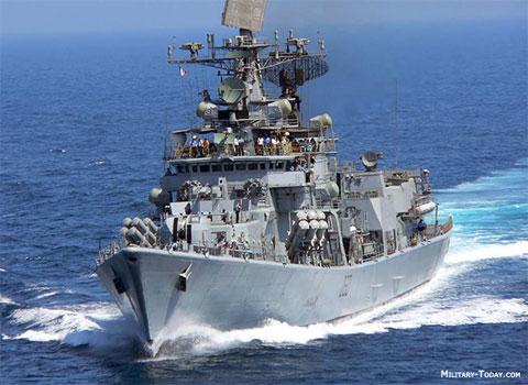 Về lực lượng tàu chiến đấu mặt nước, Ấn Độ có trong trang bị 3 tàu khu trục tên lửa lớp Delhi (Project 15) có lượng giãn nước 6.900 tấn, trang bị 16 tên lửa hành trình đối hạm Kh-35 Uran.