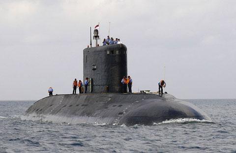 Hạm đội tàu ngầm Hải quân Ấn Độ đang biên chế 15 tàu ngầm tấn công chạy động cơ điện – diesel và tàu ngầm hạt nhân. Trong ảnh, tàu ngầm tấn công lớp Kilo có lượng giãn nước 3.076 tấn, trang bị ngư lôi chống ngầm cỡ 533mm (một số tàu được hiện đại hóa mang tên lửa hành trình tầm xa Club-S).
