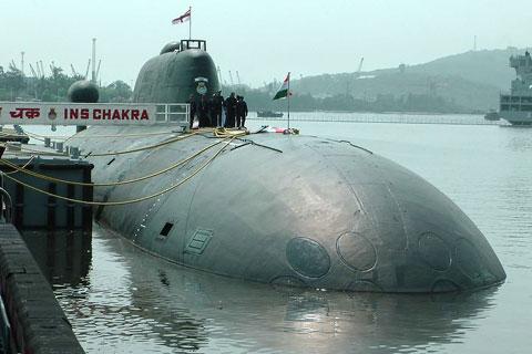 Hải quân Ấn Độ đang nỗ lực bù đắp khoảng trống tàu ngầm hạt nhân trong đội tàu của mình. Hiện nay họ chỉ có duy nhất một tàu ngầm hạt nhân mang tên INS Chakra (trong ảnh) thuê từ Nga.