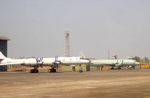 Hải quân Ấn Độ cũng tổ chức lực lượng Không quân Hải quân biên chế đủ loại máy bay: tiêm kích hạm, trực thăng săn ngầm, tuần thám biển, trinh sát, tác chiến điện tử. Trong ảnh, hai loại máy bay tuần tra – chống ngầm tầm xa Il-38 (phải) và Tu-142 (trái).