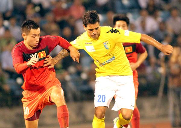 ĐT Việt Nam (trái) gần như không còn cơ hội đi tiếp tại vòng loại Asian Cup 2015. Ảnh: V.S.I