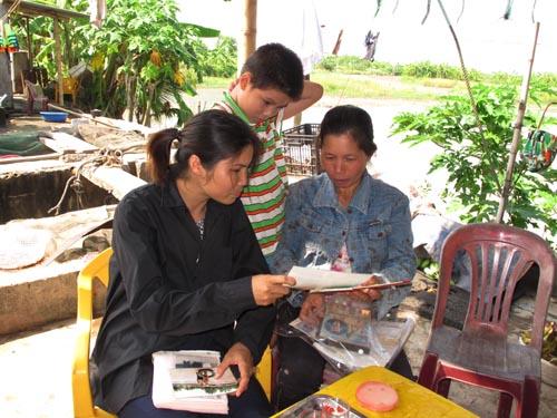 Bà Phạm Thị Hiền (trái) và bà Nguyễn Thị Thương (vợ ông Vươn, phải) cùng chuẩn bị cho phiên toà