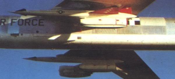 Tên lửa hành trình tầm xa GAM-77/AGM-28 Hound Dog treo dưới cánh máy bay ném bom chiến lược B-52G (Photo of USAF)