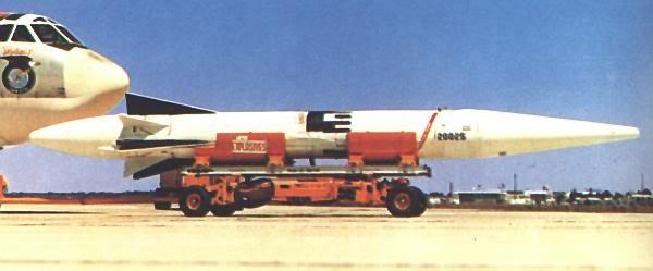 Tên lửa đường đạn GAM-87/AGM-48 Skybolt chờ gắn lên cánh máy bay B-52G (Photo of USAF)