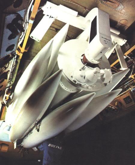 Tên lửa tấn công hạt nhân tầm ngắn AGM-69 SRAM gắn trên ổ xoay trong khoang bom của máy bay B-52 (Photo of USAF)