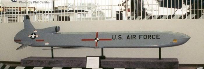 Tên lửa hành trình tầm xa AGM-86B mang phóng từ máy bay tấn công chiến lược B-52 (Photo of USAF)