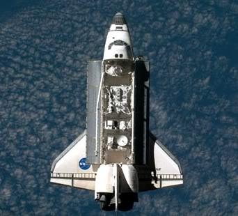 Tàu con thoi thuộc Hệ thống vận chuyển không gian STS của Mĩ được coi là một cấu phần của Hệ thống vũ khí tấn công từ quĩ đạo thấp (Photo of NASA)