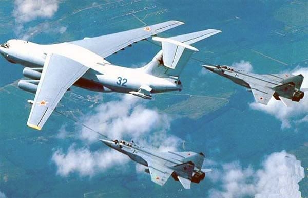 Thao tác tiếp dầu trên không trong các cuộc hành quân đường không tầm xa giữa máy bay tiếp dầu IL-78 và cặp máy bay tiêm kích hộ tống Mig-31B (Photo of www.airwar.ru)