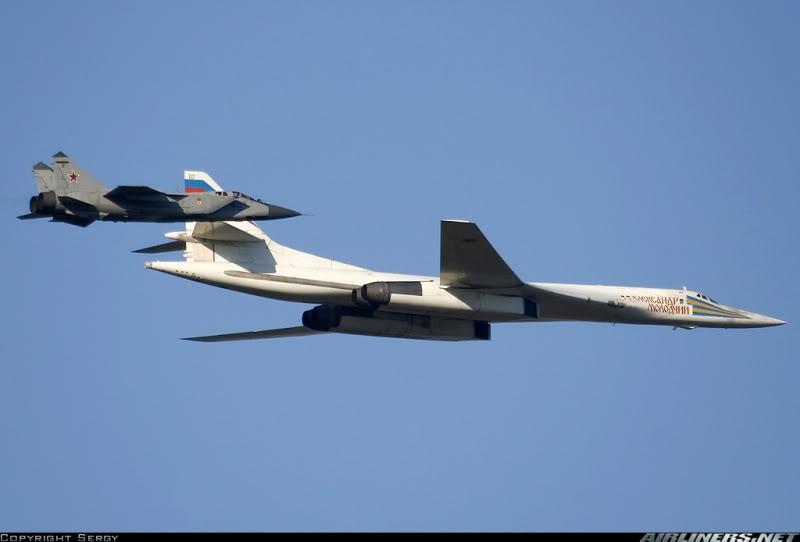 Cặp bài trùng gồm máy bay tấn công chiến lược Tu-160 và máy bay tiêm kích hộ tống Mig-31B đang bay diễu hành (Photo of Sergy)