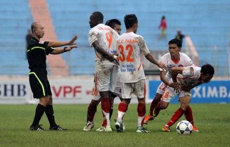 Phản ứng trọng tài thái quá, Việt Cường (8) bị treo giò 4 trận. Ảnh: Minh Hoàng