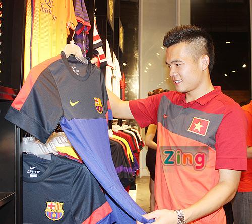 Hoàng Thịnh mê mẩn chiếc áo của Barca