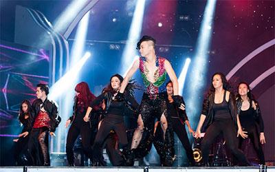 Vũ công giả gái gây sốt VN's Got Talent
