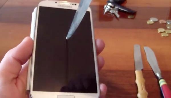 Thử độ bền Samsung Galaxy S4 bằng... dao và chìa khóa 2