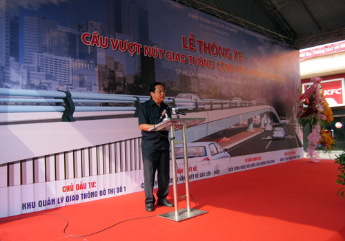 Phó Chủ tịch UBND TP.HCM Nguyễn Hữu Tín phát lệnh thông xe cầu vượt Lăng Cha Cả.