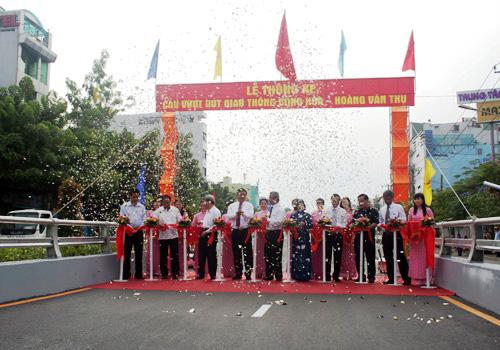 Lãnh đạo Bộ Giao thông - Vận tải cùng lãnh đạo TP.HCM cắt băng khánh thành cầu vượt Lăng Cha Cả.