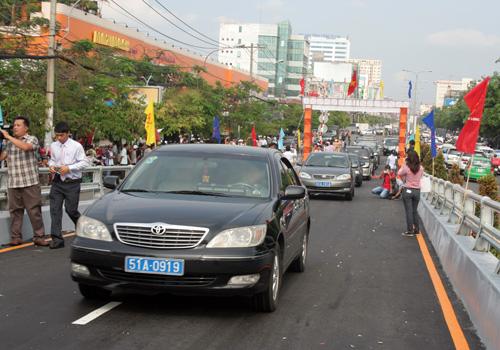 Những chiếc xe đầu tiên lưu thông lên cầu vượt sau lễ khánh thành.
