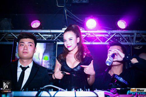 Myno rất sexy, gợi cảm khi mỗi khi xuất hiện ở các quán bar với vai trò nữ DJ tạo cảm hứng cho mọi người