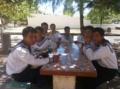 Lính đảo Song Tử Tây ngồi nói chuyện dưới tán cây rợp mát lúc rảnh rỗi