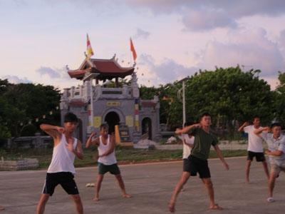 Sáng sớm, lính đảo Trường Sa Lớn tập thể dục, luyện võ trên đường băng Sân bay Trường Sa