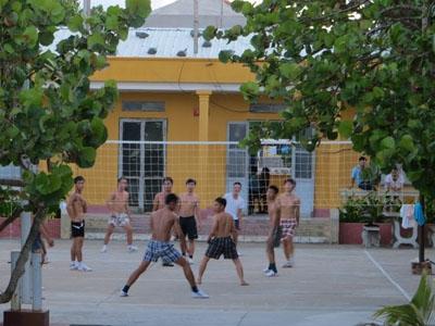 Chiều xuống, lính đảo lại chơi bóng đá và bóng chuyền.