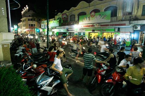 Tránh nóng, người Hà Nội đổ ra đường tới đêm khuya