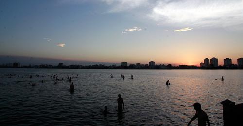 Nắng 40 độ C, hồ Tây biến thành 'Đồ Sơn'