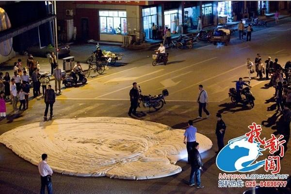 Đám bọt trắng có mùi hôi thối gây hoang mang ở Trung Quốc 1