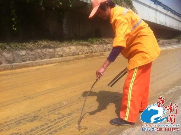 Đám bọt trắng có mùi hôi thối gây hoang mang ở Trung Quốc 3