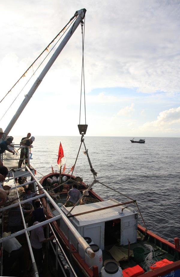 32 tàu cá Trung Quốc đã bắt đầu tiến hành thả neo và đánh bắt trái phép trong vùng biển phía cực Tây Nam quần đảo Trường Sa
