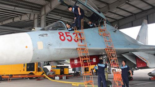 Các kỹ sư, nhân viên kỹ thuật ở bốn chuyên ngành chuẩn bị máy bay trước khi bay