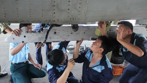 Các kỹ sư và nhân viên kỹ thuật lắp giá treo bệ phóng tên lửa (ảnh chụp trong buổi chuẩn bị trước ngày bay