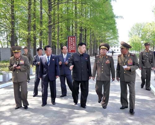 Nhà lãnh đạo Kim Jong-un (giữa) thị sát một nhà máy thực phẩm của quân đội vào tháng 2 - Ảnh: AFP/KCNA