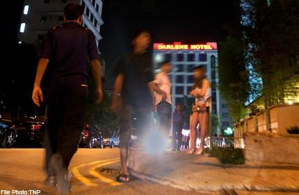 Hình ảnh các cô gái đứng ven đường ở Singapore dường như quá quen thuộc với đấng máy râu nước này