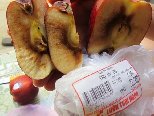 Những quả táo Mỹ thối ruột mà khách hàng mua phải.